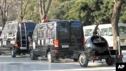 北京两会期间停靠在街头的值勤警车