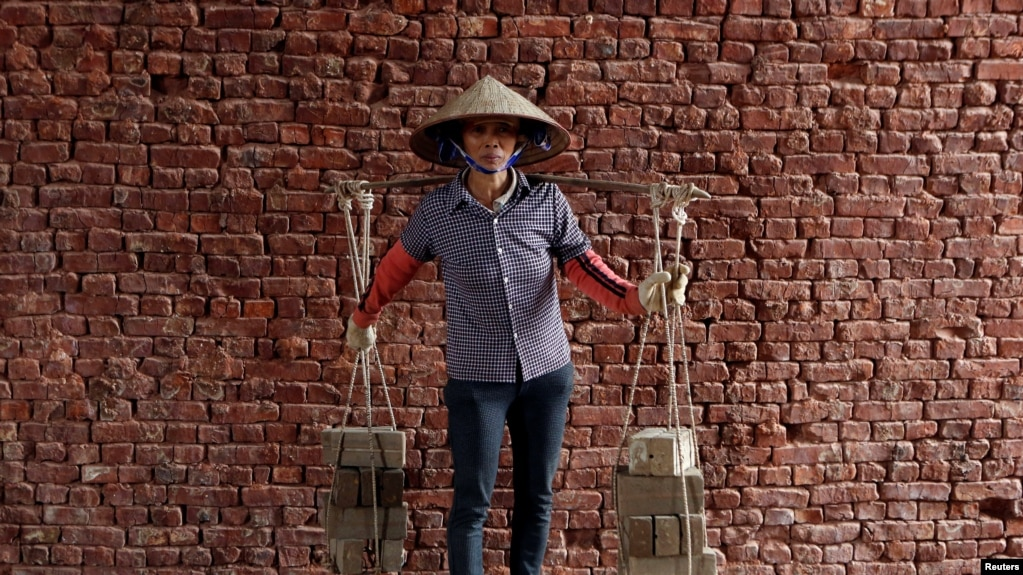 """""""Buôn thúng bán bưng"""" vẫn là nghề căn bản của nhiều phụ nữ Việt Nam."""