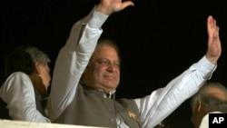 巴基斯坦前总理谢里夫向支持者挥手