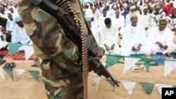 'Yan Najeriya dake arewa maso gashin kasar, mahaifar kungiyar Islama mai tsatsauran ra'ayi sun yi bikin karamar sallah ranar Alhamis da addu'o'i cikin murna da annashuwa da gaisuwar bangirma da jama'a fiye da 10,000 suka kaiwa Shehun Borno a fadarsa.
