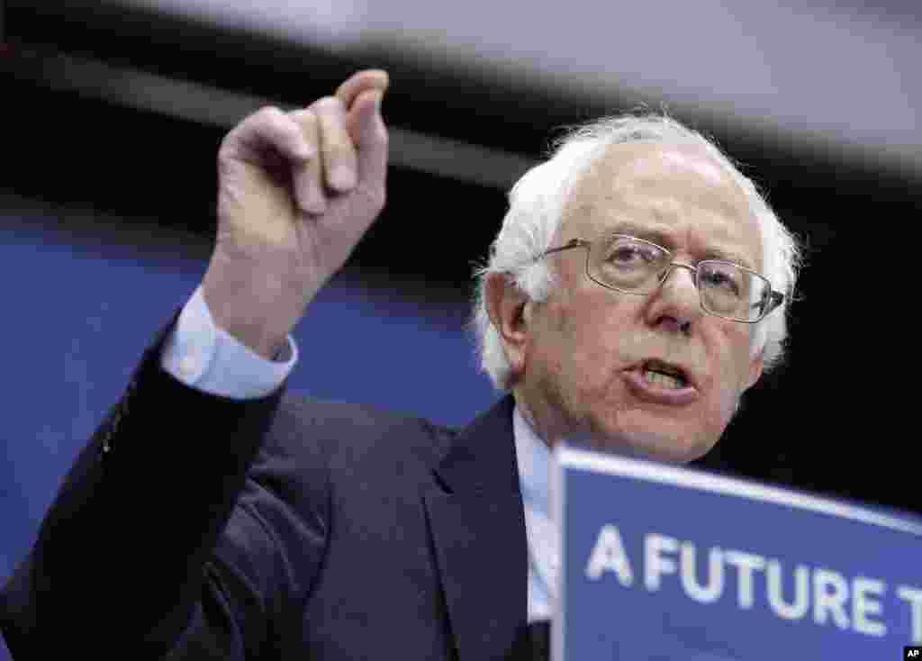 Kandidat calon presiden AS dari Partai Demokrat, Bernie Sanders, berbicara dalam kampanye di Fort Wayne, Indiana (2/5). (AP/Darron Cummings)