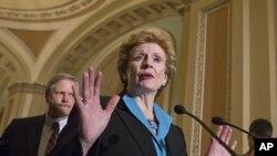 La demócrata Debbie Stabenow, presidenta del Comité Agrícola del Senado estadounidense, habla con la prensa.