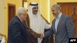 Falastin prezidenti Mahmud Abbos (chapda) va Xamas rahbari Xolid Mash'al (chapda) o'rtasidagi kelishuvga Qatar amiri shayx Hamad bin Halifa al-Taniy vositachilik qildi