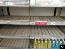在当局宣布东京自来水放射性碘含量高于可以接受水平几个小时后,全市商店货架上的瓶装水很快几乎销售一空。