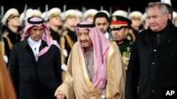 沙特阿拉伯国王萨勒曼在莫斯科检阅仪仗队
