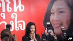 英禄·西那瓦周日在为泰党在曼谷的总部出席一个记者会