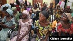Jami'an gwamnatin Najeriya suna ganawa da 'yan matan Chibok su 21 da aka sako alhamis 13 Oktoba,m 2016 a Abuja