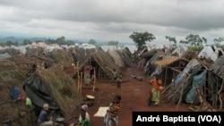 Tendas improvisadas no campo de refugiados moçambicanos em Kapise, o Malawi.