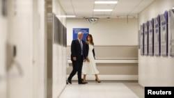O presidente Trump e a sua mulher Melania visitaram o hospital onde estão internadas vítimas do ataque a uma escola na Florida.