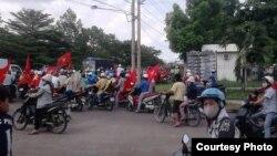 Para aktivis Vietnam melakukan protes di provinsi Dong Nai (foto: dok). Tiga aktivis Dong Nai dijatuhi hukuman atas dakwaan subversif.