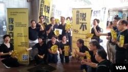 香港泛民主派立法會議員及政黨最近向非華語香港市民宣傳「向假普選說不」。(照片由公民黨提供)