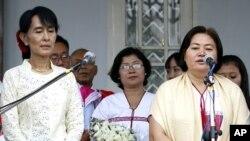 Tổng thư ký Liên đoàn Toàn quốc Karen Zipporah Sein (phải) nói chuyện với các nhà báo sau cuộc họp với lãnh tụ đấu tranh cho dân chủ Miến Điện Aung San Suu Kyi (trái)