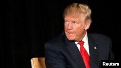도널드 트럼프 미 공화당 대통령 후보가 3일 버지니아주 헌든에서 진행된 은퇴군인 컨퍼런스에 참석, 청중의 질문을 듣던 중 혀를 내밀어 입술을 축이고 있다.