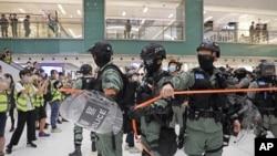 资料照片--香港劳动节期间,防暴警察进入购物中心驱散抗议者。(2020年5月1日)