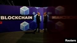 រូបឯកសារ៖ អ្នកចូលរួមនិយាយទូរស័ព្ទនៅក្នុងកិច្ចប្រជុំកំពូល Delta ដែលជាព្រឹត្តិការណ៍បង្កើតថ្មីបែបឌីជីថល និងបច្ចេកវិទ្យា blockchain នៅក្នុងក្រុង Ta'Qali ប្រទេសម៉ាល់ត៍ កាលពីថ្ងៃទី៣ ខែតុលា ឆ្នាំ២០១៩។