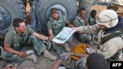 美國海軍公佈的一張照片顯示,《星條旗報》被分發給海軍陸戰隊員。(2003年4月7日)
