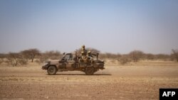 Le 03 février 2020, des soldats burkinabé patrouillent à bord d'une camionnette sur la route de Dori au camp de réfugiés de Goudebo.