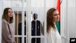 Jornalistas Katsiaryna Andreyeva (dir) e Daria Chultsova durante o seu julgamento em Minsk, Bielorrússia (18 Fev. 2021)