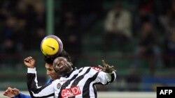 Le défenseur de l'Inter Milan Nicolas Burdisso rivalise avec le milieu de terrain de l'Udinese Christian Obodo lors de leur match de football italien série A au stade San Siro de Milan, 28 février 2007.