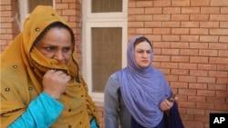 پاکستان کے شہر پشاور میں خواجہ سرا اپنے ایک ساتھی کی لاش وصول کرنے کے لیے مردہ خانے کے باہر موجود ہیں (فائل فوٹو)