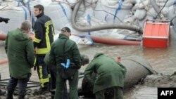 Пожарные и полиция обследуют бомбу, найденную в Рейне