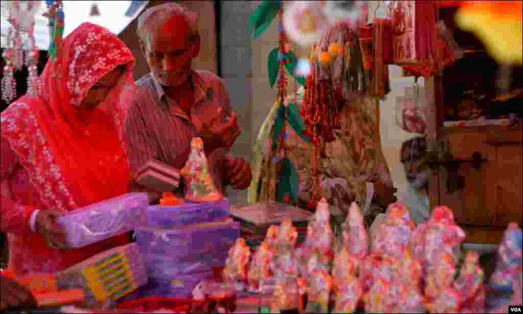دیوالی کی خریداری میں مصروف ایک خاندان