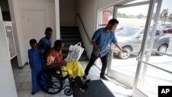 지난 7월 미국 샌디에이고의 난민지원시설에서 난민 자격으로 미국에 정착한 소말리아 출신 가족들이 직원의 도움을 받고 있다. (자료사진)
