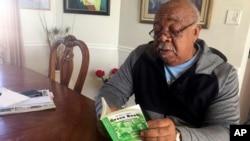 """지난달 1월 미국 뉴멕시코주 리오 랜초에서 남성이 1954년 집필된 """"그린북""""을 읽고 있다."""