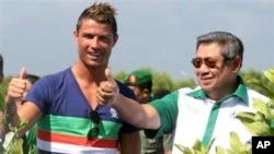 Presiden Susilo Bambang Yudhoyono (kanan) bersama Cristiano Ronaldo di Tanjung Benoa, Bali bulan lalu (26/6).