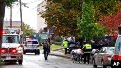 Полиция рядом с синагогой «Л'Симха», Питтсбург, 27 октября 2018 года