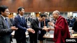 达赖喇嘛11月20日在东京向各党派议员发表演讲前