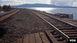 我从来没有见过铁路建在如此这般的风景之中,穿过贝林汉姆的铁路几乎一直贴着海岸线