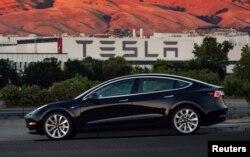 Model produksi Tesla Model 3 yang pertama yang keluar dari lini perakitan di Fremont, California