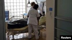 Dua orang perawat tampak merawat seorang pasien yang mengalami sakit parah di sebuah rumah sakit di Eropa (foto: ilustrasi).