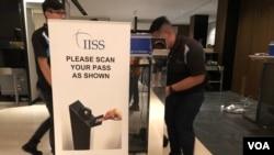 工程人員對香格里拉對話會安檢設備做測試(美國之音黎堡2019年5月30日攝)