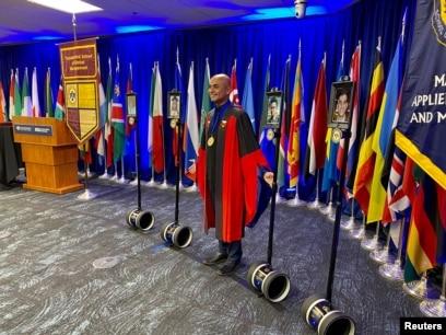 Dekan Fakultas Manajemen Global Thunderbird di Universitas Arizona, Sanjeev Khagram, berlatih upacara wisuda menggunakan robot telekonferensi karena wabah virus corona (Covid-19) di Phoenix, Arizona, 30 April 2020. (Foto: Reuters)
