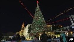 Người Palestine tập trung quanh cây Giáng sinh tại Quảng trường Manger, bên ngoài Nhà thờ giáng sinh ở thị trấn Bờ Tây Bethlehem.