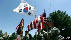 주한미군 2사단 장병들이 지난 2015년 6월 의정부 캠프 레드클라우드 미군기지에서 열린 한미연합사단 편성식에서 미국 성조기와 한국 태극기를 나란히 들고 있다.