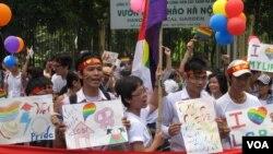 Cuộc diễu hành Gay Pride đầu tiên của Việt Nam tại Hà Nội, ngày 5/8/2012. (Marianne Brown / VOA)