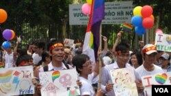 Peserta parade anti-diskriminasi terhadap kelompok gay, atau Gay Pride, yang pertama kali diadakan di Hanoi. (Foto: VOA)
