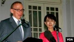 ၾသစေၾတးလ်ႏိုင္ငံျခားေရး၀န္ႀကီး Bob Carr နဲ႔ NLD ဥကၠဌ ျပည္သူ႔လႊတ္ေတာ္ကိုယ္စားလွယ္ ေဒၚေအာင္ဆန္းစုၾကည္တို႔ ရန္ကုန္မွာ ေတြ႔ဆံုစဥ္ (ဇြန္ ၂၀၁၂)