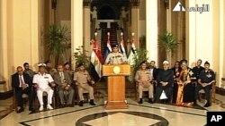 El general Abdelfattah el-Sissi, flanqueado por líderes civiles y militares durante el anuncio del derrocamiento de Morsi.