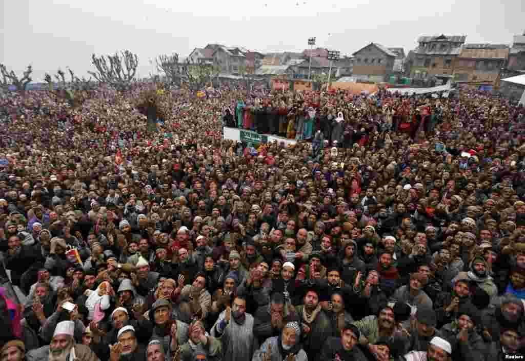 بھارت کے زیر انتظام کشمیر میں عید میلاد النبی کے موقع پر منعقدہ ایک بڑا اجتماع