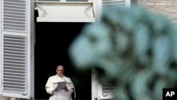 教宗方济各2014年1月12日在梵蒂冈的圣彼得广场宣读新任命的19位红衣主教的名单