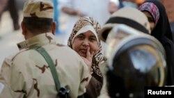 Žene u Kairu čekaju u redu da glasaju na referendumu, 14. januar 2014.