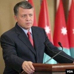 Raja Yordania, Abdullah berbicara di Amman (20/2). Demonstran menghendaki pembatasan atas kekuasaan kerajaan dan jaminan atas hak-hak rakyat.