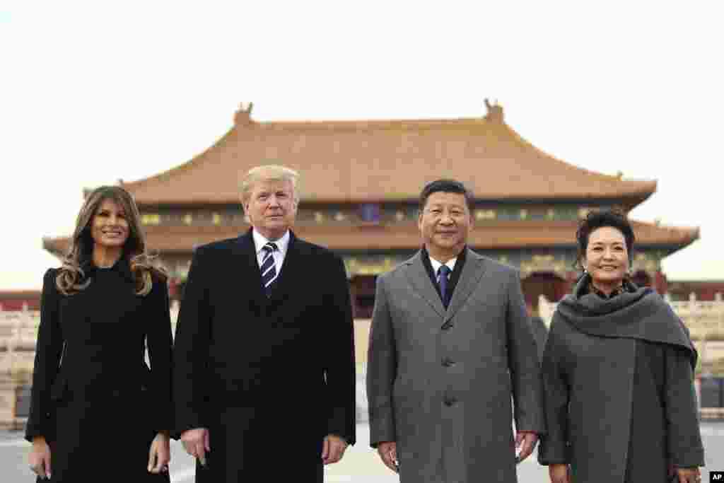 លោកប្រធានាធិបតី ដូណាល់ ត្រាំ និងលោកស្រី Melania Trump ថតរូបជាមួយនឹងលោកប្រធានាធិបតីចិន Xi Jinping និងភរិយារបស់លោក គឺលោកស្រី Peng Liyuan នៅក្នុងដំណើរទស្សនានៅអតីតរាជវាំងកំបាំង Forbidden City នៅថ្ងៃពុធ ទី៨ ខែវិច្ឆិកា ឆ្នាំ២០១៧ នៅទីក្រុងប៉េកាំង ប្រទេសចិន។ លោក ត្រាំ កំពុងតែធ្វើដំណើរទស្សនកិច្ចទៅកាន់ប្រទេសចំនួនប្រាំនៅតំបន់អាស៊ី រួមមាន ជប៉ុន កូរ៉េខាងត្បូង ចិន វៀតណាម និងហ្វីលីពីន។ (AP Photo/Andrew Harnik)