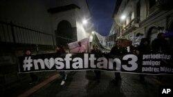 Simpatizantes del diario El Comercio con carteles de apoyando a los familiares y colegas de los periodistas secuestrados.