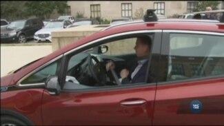 Майже всі великі автовиробники у США запускають власні моделі машин на електричній тязі. Відео