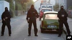 Des policiers allemands prennent position après un attentat à Ansbach, Allemagne du Sud, 25 juillet 2016.
